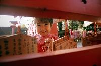 神社の日本人の女の子