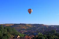 スペイン セゴビア 熱気球と家並み