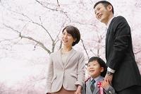 両親と入学式に向かう男の子
