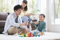 おもちゃで遊ぶ男の子と両親
