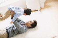 息子を持ち上げる父親