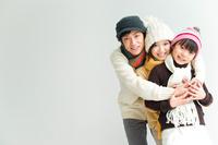 抱き合う日本人家族