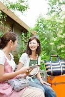 ベンチに座っている笑顔の日本人女性