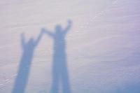 雪上に伸びた影