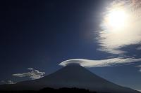 朝霧高原から見たたなびく笠雲と富士山