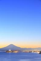 神奈川県 夕暮れの富士山と江の島と相模湾