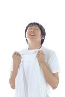 洗濯したシャツの香りをかぐ若い日本人男性