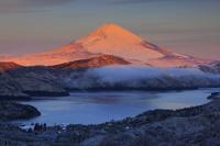 神奈川県 大観山から望む朝日に染まる富士山と雪の芦ノ湖畔