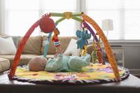 遊具で遊ぶ外国人の赤ちゃん