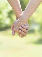 手を繋ぐシニア夫婦