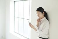スマートフォンを使う20代女性