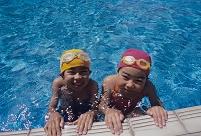プールサイドの子供