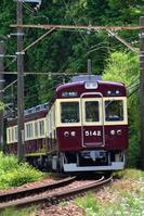 大阪府 能勢電鉄 カーブを曲がる5100系普通電車(旧塗装車)