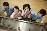 並んで歯を磨く幼稚園児