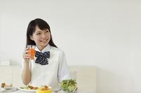 ダイニングで朝食をとる学生の女の子