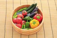 桶に入った夏野菜