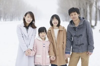 雪にいる日本人家族