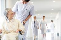 車椅子を押している看護師