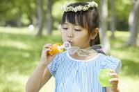シャボン玉で遊ぶ日本人の女の子