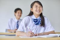 授業を受ける男女の中学生