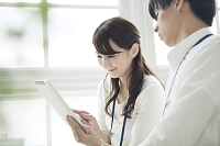 タブレットを見る日本人女性