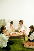 トランプで遊ぶ若い日本人女性