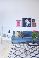リビングのソファと絵画