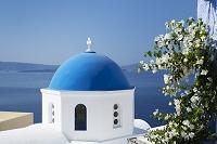 ギリシャ サントリーニ島 イアの町 教会とブーゲンビリア