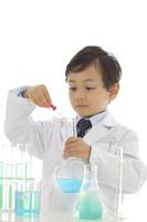 白衣を着て研究をする男の子