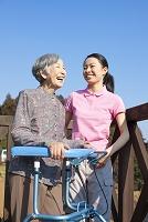 介護士の女性と会話するおばあちゃん