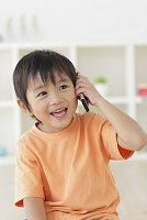 リビングで電話をかける日本人の男の子