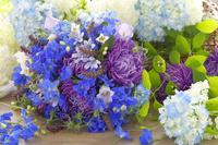 アスターとブルーの花のブーケ