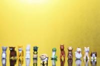 金屏風の前に置かれた未と干支の人形