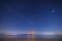 滋賀県 白鬚神社の鳥居と天の川