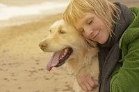 犬と外国人女性