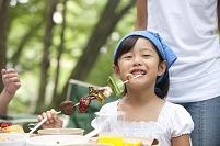 バーベキューを食べる女の子