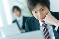 パソコンを見ている日本人ビジネスマン