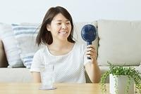 携帯扇風機を使う日本人女性