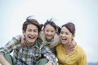 寄り添う笑顔の日本人家族