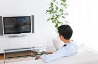 テレビを見ている男性