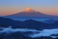 静岡県 清水吉原から望む夕暮れの富士山と雲海の山並み