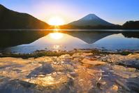 山梨県 朝日と富士山とジュエリーアイス