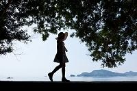 海辺を歩く少女