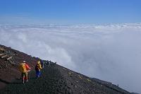 山梨県/静岡県 富士山 雲海と登山者