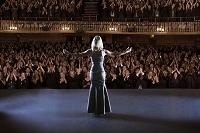 観客の拍手に応えるオペラ歌手