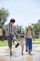 夏に公園で遊ぶ日本人家族