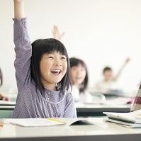 手を挙げる日本人の小学生
