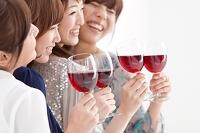 ワインで乾杯する日本人女性