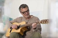 ギターを弾く外国人男性