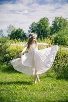 牧草地で楽しんでいる女の子